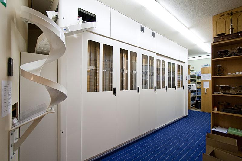 Der Lagerautomat mit der Arzneimittelrutsche. (links im Bild)