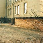Vom Aussehen des heutigen Gebäudes fehlt jede Spur. Wo heute der Eingang zur Apotheke ist, befinden sich noch zwei kleine Öffnungen.